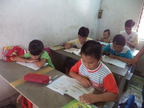 Lớp học xóa mù chữ do ông Phúc đứng lớp