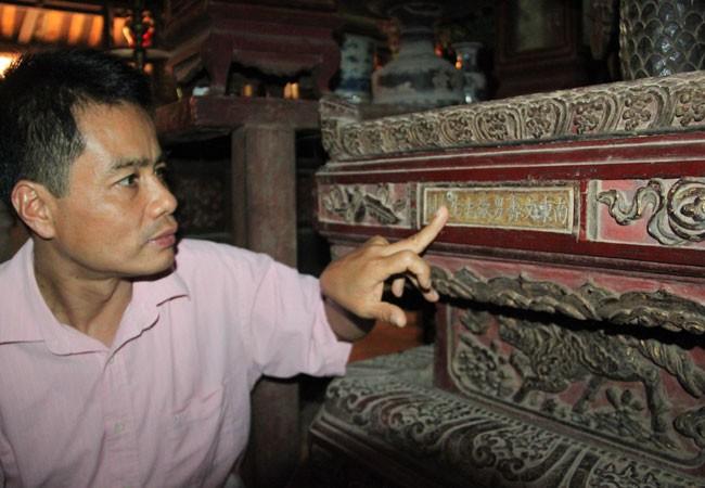Hàng chữ Hán trên thành bệ cho biết niên đại và tác giả tạc pho tượng