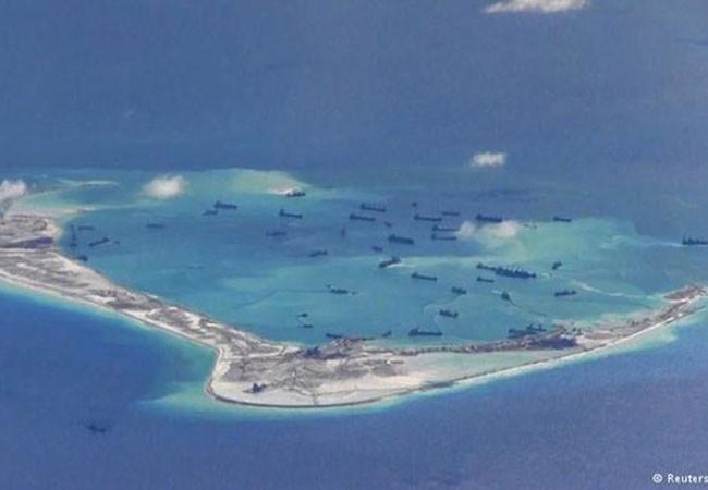 Hoạt động xây dựng, bồi lấp đảo nhân tạo trái phép của Trung Quốc ở Đá Vành Khăn thuộc quần đảo Trường Sa (Việt Nam) (Nguồn: Reuters/US Navy)