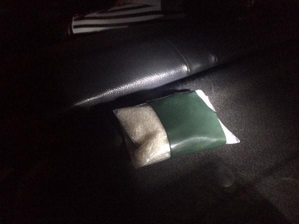 """Gói ma túy """"đá"""" lớn được cất giấu trong taxi"""