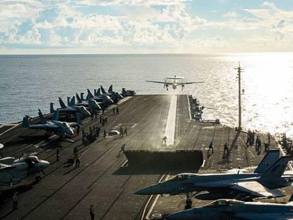 Máy bay trinh sát E-2C Hawkeye cất cánh từ tàu sân bay USS John C.Stennis (CVN-74) trên Biển Đông tháng 6-2016