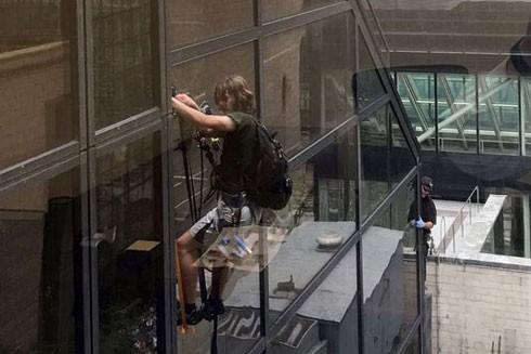 Trèo lên tòa tháp để được gặp... Donald Trump