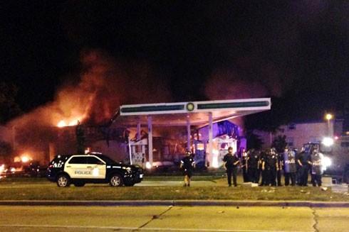 Cây xăng phía Tây thành phố Milwaukee bị người biểu tình phóng hỏa