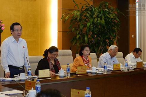 Phó Chủ tịch Quốc hội Phùng Quốc Hiển điều hành phiên thảo luận sáng 16-8