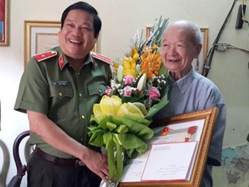 Đồng chí Thiếu tướng Lưu Quang Hợi, Phó Giám đốc CATP thăm và chúc mừng đồng chí Nguyễn Xuân Thảo, nguyên Bí thư Đảng ủy CATP