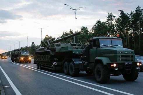 Xe tăng và vũ khí hạng nặng được Ukraine điều đến gần Crimea sau khi Tổng thống nước này tuyên bố sẵn sàng cho chiến tranh