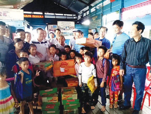 Đoàn Cụm Thi đua số 4 CATP do Đại tá Đoàn Ngọc Hùng, Phó Giám đốc CATP dẫn đầu đi ghe gắn máy, đội mưa to vào Biển Hồ thăm, tặng quà bà con và trẻ em nghèo