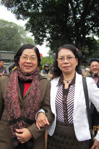 Nhà thơ Đỗ Bạch Mai (trái)
