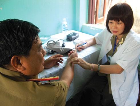 Đoàn công tác do Báo ANTĐ tổ chức tặng quà và khám chữa bệnh miễn phí cho thân nhân của cán bộ, chiến sĩ Công an Lào, năm 2010