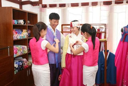 Thử mặc trang phục truyền thống Hàn Quốc