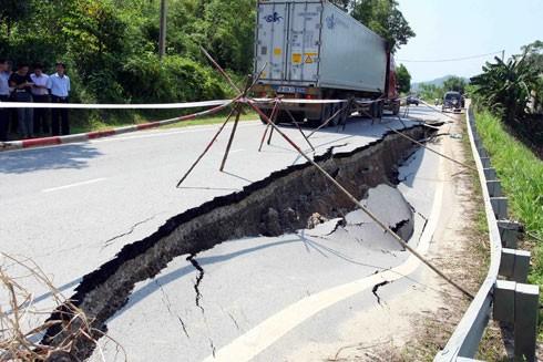 Quốc lộ 32C bị sạt lún nghiêm trọng, kéo dài 30m