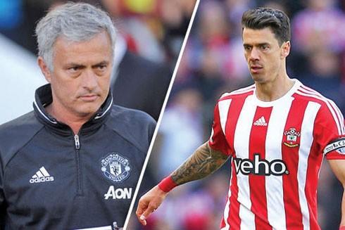 Cái lắc đầu của Fonte (phải) khiến HLV Mourinho thêm lo về hàng thủ M.U