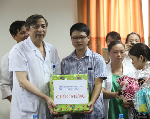 PGS.TS Vũ Bá Quyết, Giám đốc Bệnh viện Phụ sản Trung ương chúc mừng gia đình bé Trần Gấu