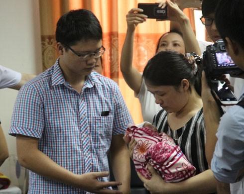Anh Hà - bố bé Trần Gấu nghẹn ngào trong giây phút con trai được xuất viện
