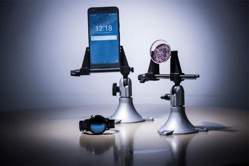 Theo dõi sức khỏe nhờ kính áp tròng kết nối với điện thoại