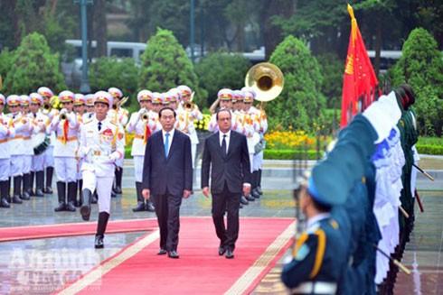 Chủ tịch nước Trần Đại Quang và Tổng thống Pháp Francois Hollande duyệt Đội danh dự Quân đội nhân dân Việt Nam tại lễ đón sáng 6-9
