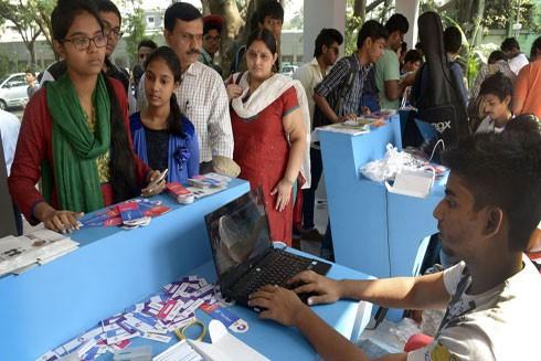 """Người dân Ấn Độ đổ dồn đi đăng ký dịch vụ mạng 4G """"siêu rẻ"""""""