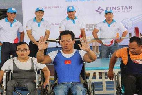 Lực sỹ cử tạ hạng 49kg Lê Văn Công (giữa) là một trong những niềm hy vọng huy chương Paralympic Rio