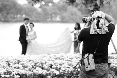 Nhiều bạn trẻ kết hợp nhóm để trở thành một ê kíp chụp ảnh cưới