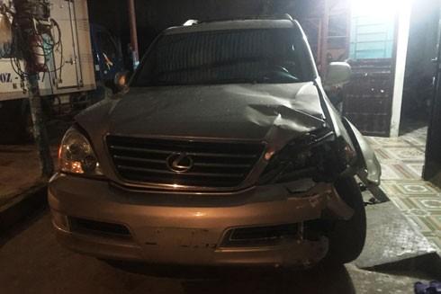 Chiếc xe Lexus 470, sử dụng BKS giả do Nghĩa điều khiển gây tai nạn