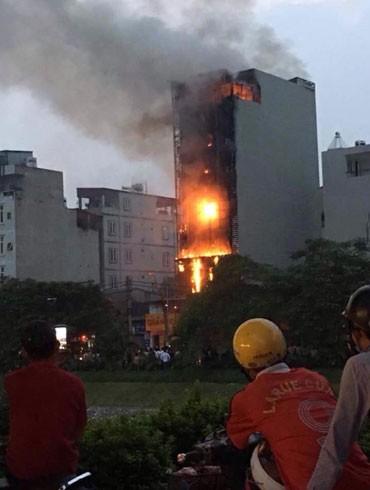 Hiện trường vụ hỏa hoạn tại quán karaoke Gold tại phố Nguyễn Khang