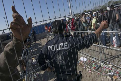 Cảnh sát Đức đang giám sát những người tị nạn đi qua biên giới giữa nước này và Áo