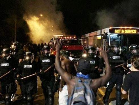 Mỹ: Bạo lực bùng phát sau cái chết của một người da màu ảnh 1