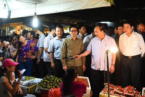 Thủ tướng Nguyễn Xuân Phúc thị sát tại chợ đầu mối Long Biên sáng 27-9
