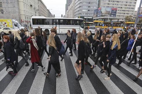 Phụ nữ Ba Lan mặc đồ đen tuần hành tại Thủ đô Warsaw ngày 3-10 để phản đối dự luật siết chặt việc nạo phá thai