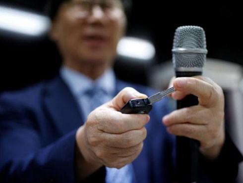 Ông Moon Seoung-ok giới thiệu thiết bị quay lén hình chìa khóa ô tô
