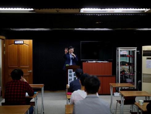 Ông Moon Seoung-ok hướng dẫn học viên mẹo quay, chụp ảnh lén