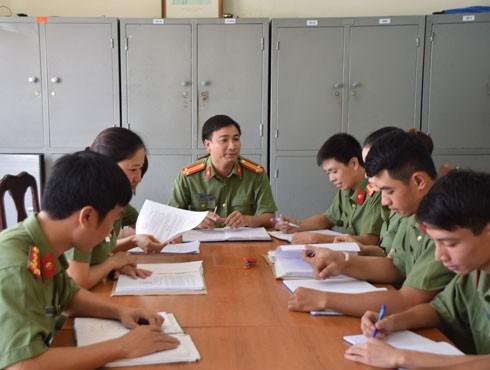 Trung tá Nguyễn Xuân Nghiêm chủ trì giao ban đơn vị
