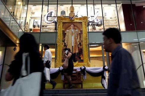 Bức ảnh Nhà vua Bhumibol Adulyadej được treo trang trọng trong một khu mua sắm ở Bangkok để bày tỏ lòng thương tiếc