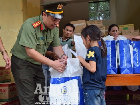 Thiếu tá Lưu Hồng Quân - Phó Tổng biên tập Báo ANTĐ trao quà đến tận tay người dân vùng rốn lũ Hương Khê, Hà Tĩnh