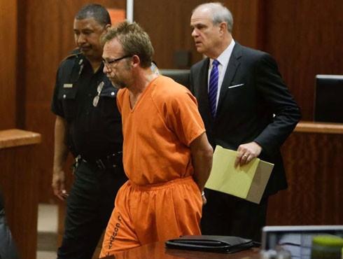 Carl Ferrer bị dẫn giải ra tòa