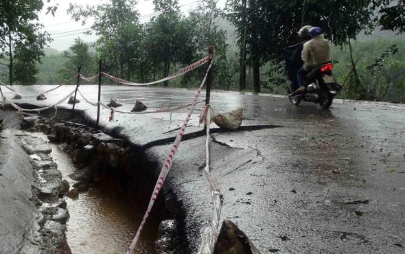 Nhiều tuyến đường ở Quảng Ngãi đã bị sạt lở, ngập do mưa lớn