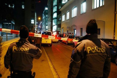 Cảnh sát phong tỏa hiện trường nơi xảy ra vụ xả súng