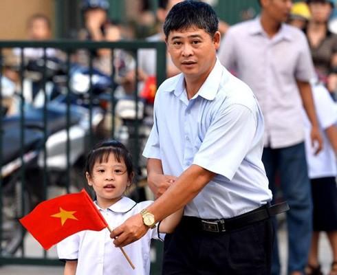 Theo nguyên tắc kinh điển phương Đông, người cha thường dẫn con đến buổi tựu trường đầu tiên (Ảnh minh họa)