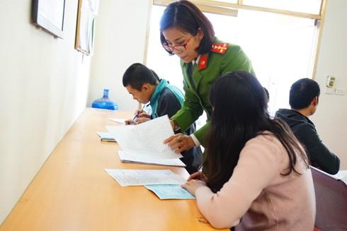 Đại úy Dương Thùy Dương, Đội trưởng Đội Cảnh sát QLHC về TTXH - CAH Phú Xuyên tận tình hướng dẫn người dân làm thủ tục hành chính