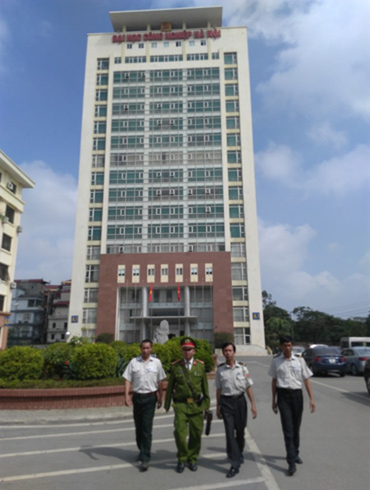 Lực lượng Công an Hà Nội phối hợp cùng lực lượng bảo vệ đảm bảo an ninh, an toàn trong khu vực trường học