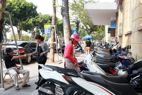 Tại điểm trông giữ xe ở Bưu điện Bờ Hồ, người gửi phải trả từ 10-15 nghìn đồng/xe máy Ảnh: Lam Thanh