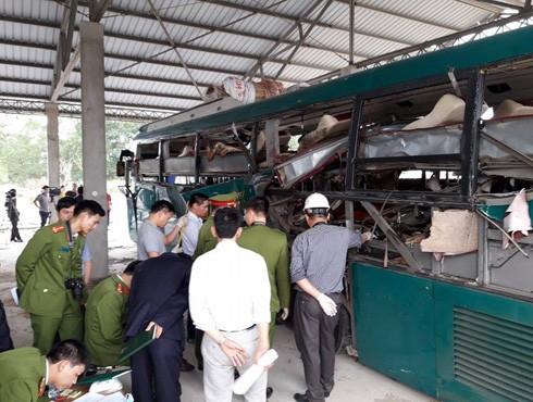 Lực lượng chức năng tổ chức khám nghiệm chiếc xe phát nổ ở huyện Quế Võ, tỉnh Bắc Ninh