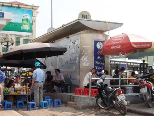 Nhà vệ sinh công cộng bị quây bởi đủ các hàng quán ăn uống