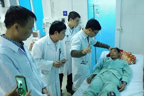 Đoàn bác sĩ Bệnh viện Bạch Mai lên hỗ trợ cấp cứu các nạn nhân vụ ngộ độc rượu tại huyện Phong Thổ (Lai Châu)