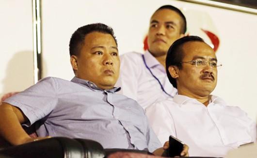 Trưởng giải Nguyễn Minh Ngọc (trái) và Chủ tịch VPF Võ Quốc Thắng trên sân Thống Nhất chiều 19-2