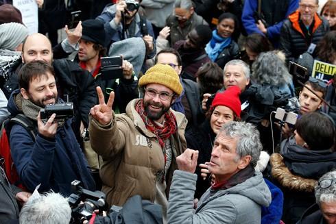 Cedric Herrou rời phiên tòa ở Nice hôm 10-2