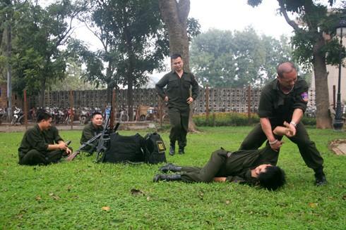 Các chiến sĩ CSHS diễn tập sẵn sàng chiến đấu trấn áp tội phạm - Ảnh: PHÚ KHÁNH