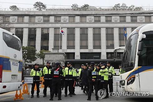 Cảnh sát Hàn Quốc siết chặt an ninh trước trụ sở Tòa Hiến pháp Hàn Quốc ở Seoul