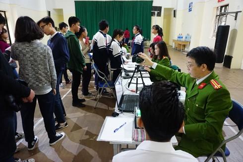 CAQ Tây Hồ làm thủ tục cấp thẻ căn cước cho học sinh tại trường THCS Chu Văn An, Hà Nội