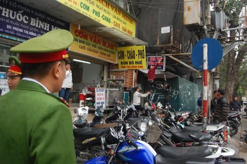 Lực lượng công an giám sát việc khắc phục tồn tại vi phạm đô thị ở khu phố cổ